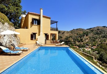 Villa in Greece, Theriso: Pool with view to Villa and Village