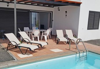 Villa in Spain, Castillo del Águila: Pool with outside table and chairs