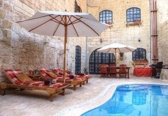 House in Malta, Zejtun: pool by day