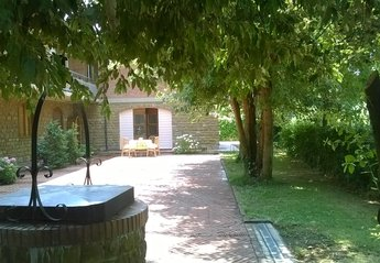 Apartment in Italy, Altopascio: Outside of the house with garden and private parking