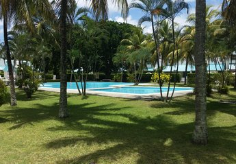 Bungalow in Mauritius, Pereybere: Big Swimming pool in lush garden