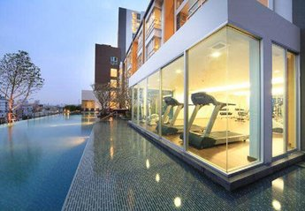 Apartment in Thailand, Bangkok: Complex pool and gym