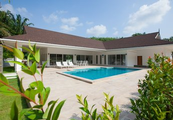 Villa in Thailand, Klong Haeng: Front view with swimming pool