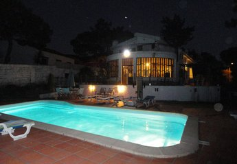 Villa in Portugal, Praia das Maçãs: House and Pool - night view