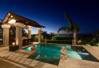 Villa in South Africa, Camps Bay: Pool view at night