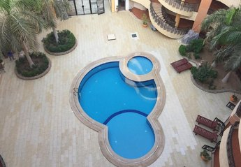Apartment in Egypt, Hurghada: Entrance to complex with swimming pool & small pool for children