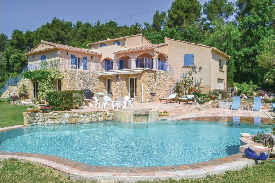 Pertuis holiday villa rental with swimming pool