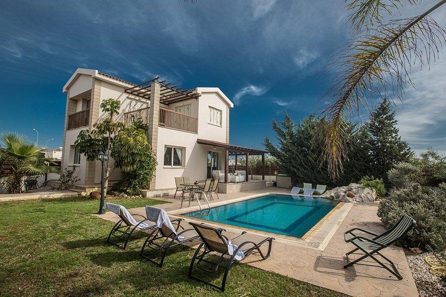 Sunny Coast Villa, 3 Bedroom villa with private pool and sea view