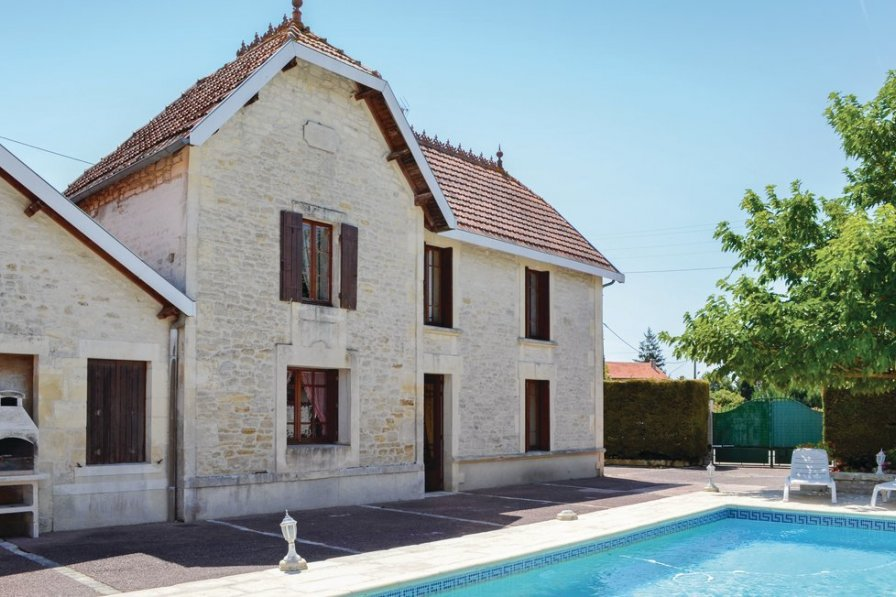 Villa in France, Migron