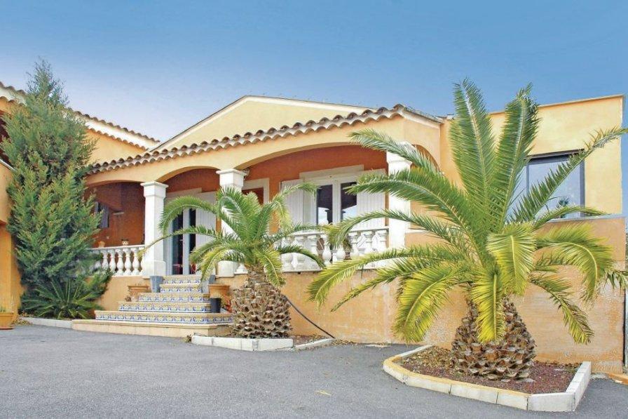 Villa in France, Peripherie 2