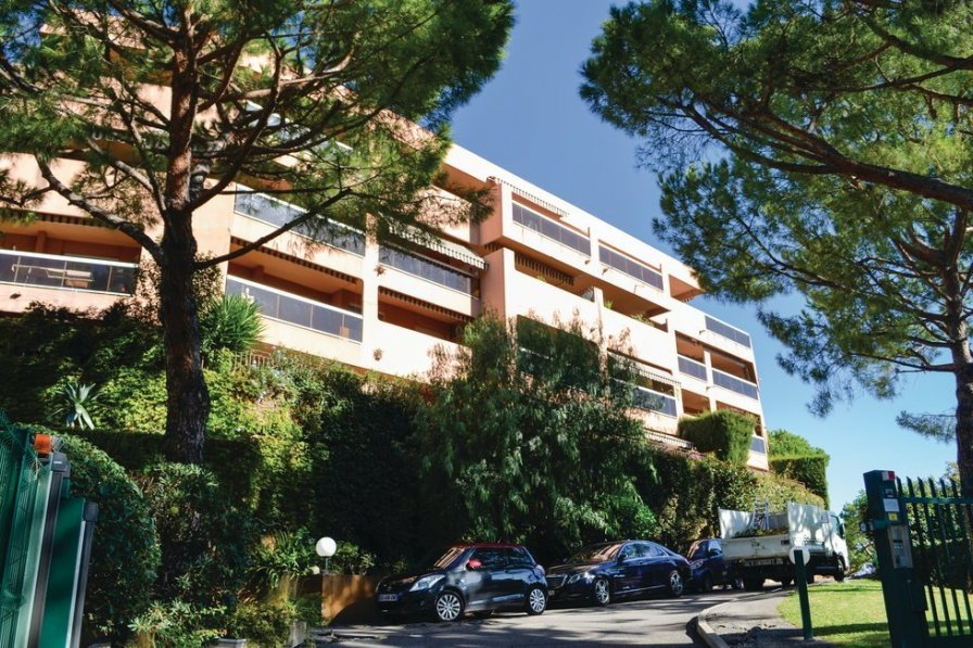 Apartment in France, Lanterne