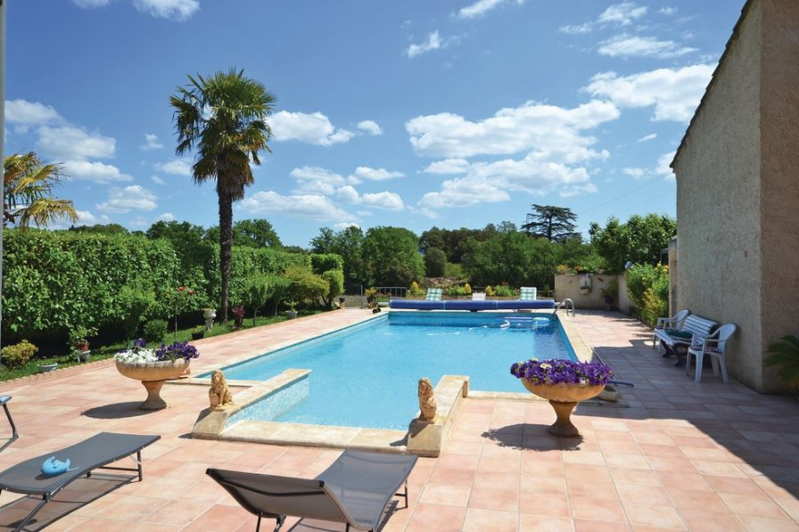 Pertuis holiday villa rental with shared pool
