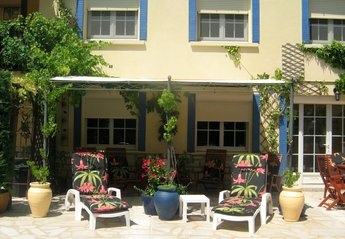 Apartment in France, Gard: Relax in the sun by the pool