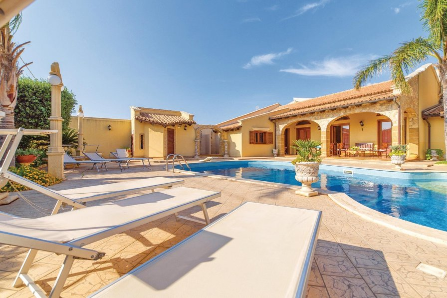 Villa To Rent In Mazara Del Vallo Sicily With Shared Pool