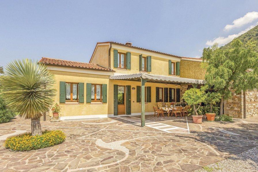 Villa in Italy, Vo'