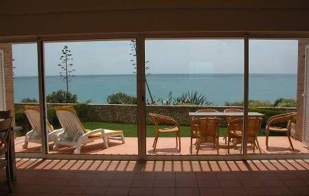 Villa in Portugal, Praia da Luz: Full length sliding doors onto patio & sea view