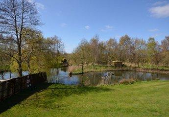 Cottage in United Kingdom, Stalham: Lake at rear of cottage