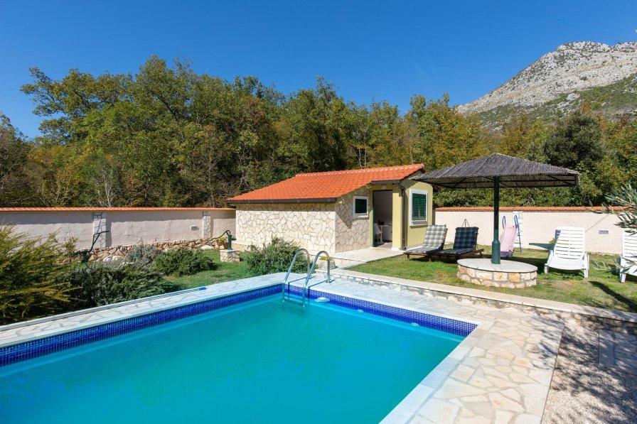 Villa in Croatia, Desne