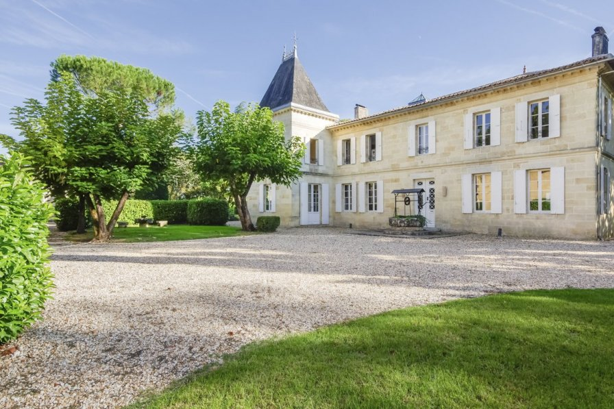 Chateau in France, Coutras Est