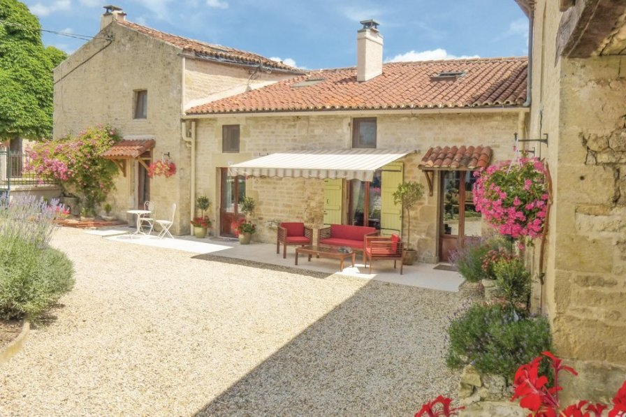 Villa To Rent In Aulnay France With Shared Pool 218606