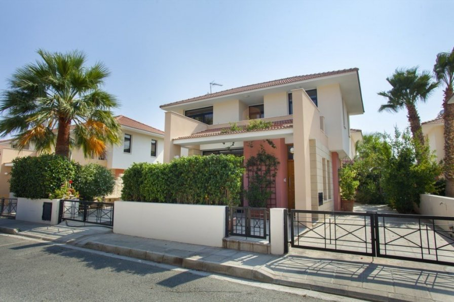 "Villa Enalos ""less than 1 Minute walk to the Beach"" Pyla Villa 99"