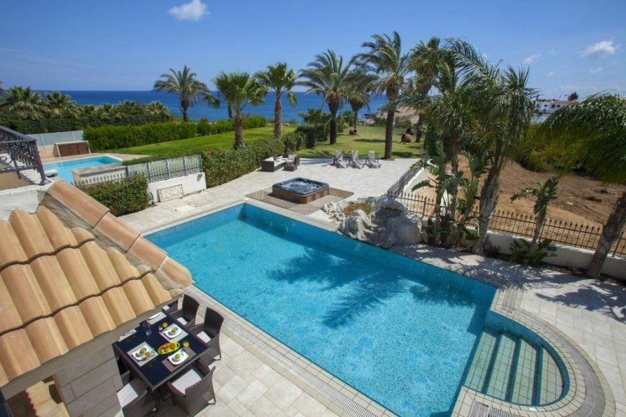 Malama Beachfront Villa, Minutes from the Beach