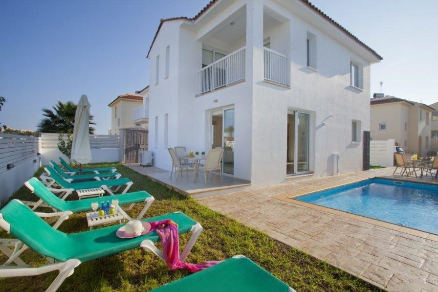 "Villa Dorothy ""2 minute walk from Pernera Beach"""