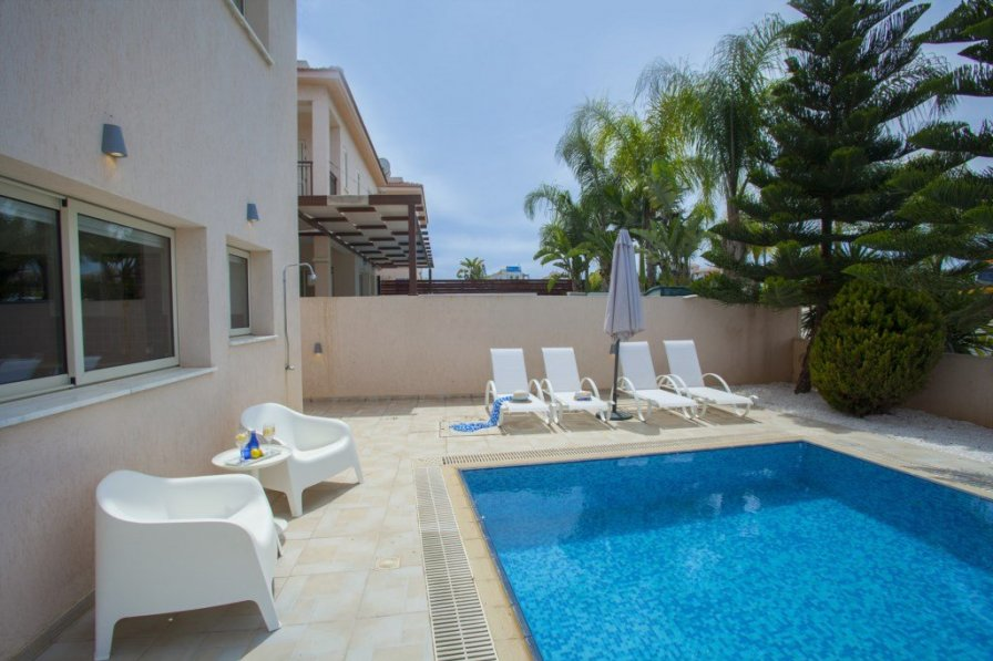 """Villa Michelle 2 """"minutes from the Beach"""""""