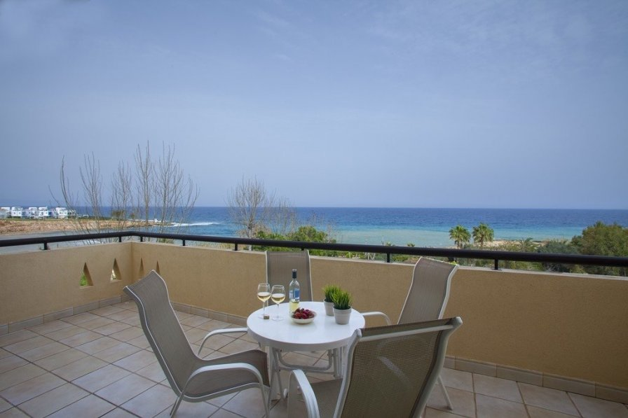 Alia Sirina Seafront Suite, Minutes from the Beach
