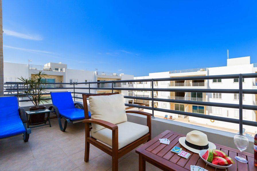 Modern 1 Bed Apartment - Communal Pool - Close to Amenities (E32)