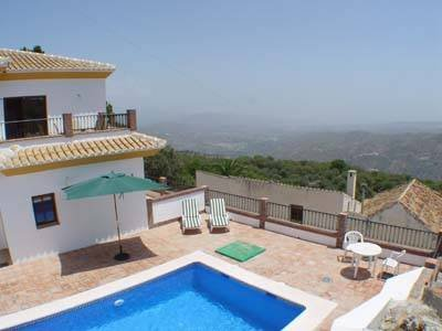 Apartment in Spain, Comares: The pool with balcony above