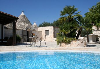 Villa in Italy, Alberobello: Trullo Olivia from the pool