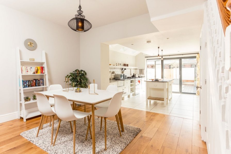 Modern 3 Bed Home in trendy Cambridge suburb