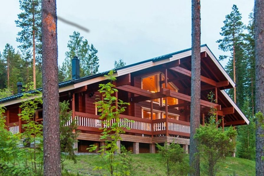 A very high quality, spacious log villa by a clear water lake.