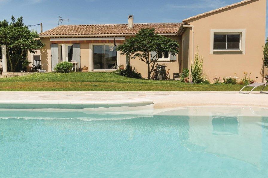 Entraigues-sur-la-Sorgue holiday villa rental with swimming pool