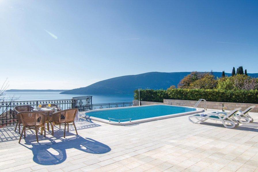 Villa to rent in Herceg Novi