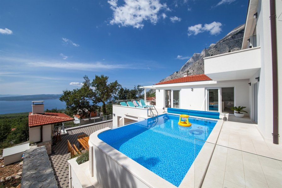 Villa in Croatia, Bast