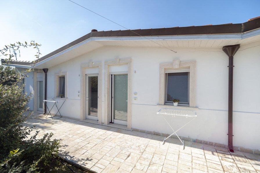 Villa in Italy, Parati