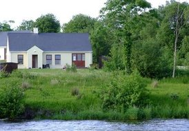 Lakeside cottage with free WI FI