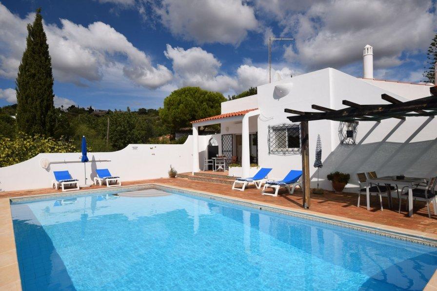 Villa in Portugal, Agostos