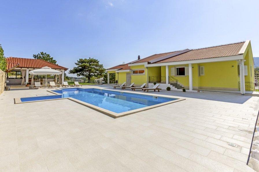 Villa in Croatia, Tugare