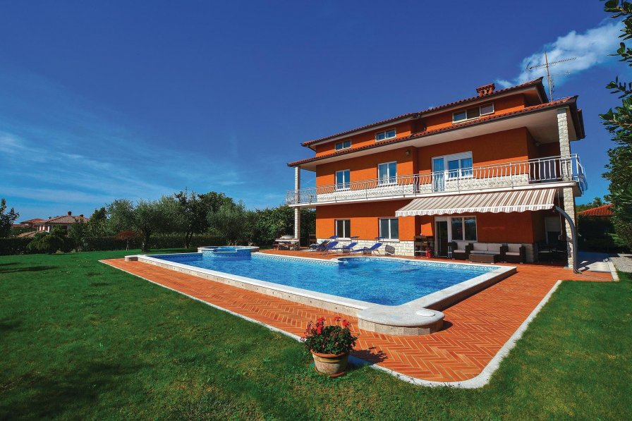 Villa with swimming pool in Križ