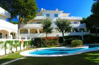 Apartment in Spain, Cabopino: Pool and apartment viewed from the gardens.