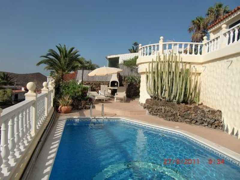 Villa in Spain, Chayofa: Sunny pool area