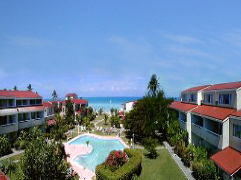 Apartment in Antigua and Barbuda, Dickenson Bay: Beachfront location with stunning pool