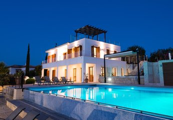Villa in Cyprus, Aphrodite Hills: Villa Anatoli at night
