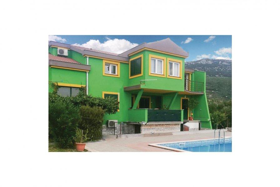 Kaštel Novi holiday apartment rental with swimming pool