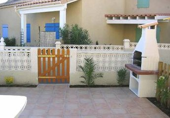 Villa in France, Portiragnes: Front patio and barbeque