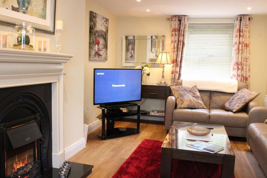 Luxury 2 BR Killarney Town House - sleeps 5 - Free parking/WiFi