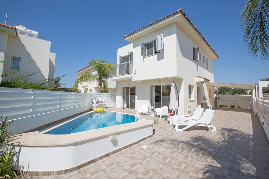 Oniro Villa, 3 Bedroom well equipped villa in Pernera with pool